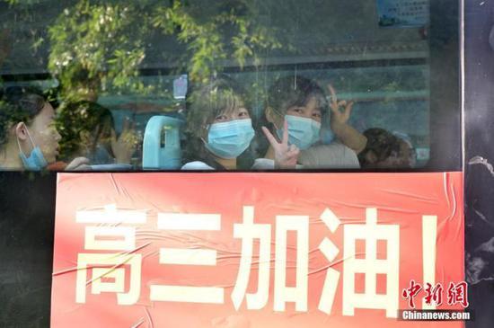 资料图:2020年7月,广西南宁沛鸿民族中学内,高三学生乘坐高考专车前往考点。 中新社记者 俞靖 摄