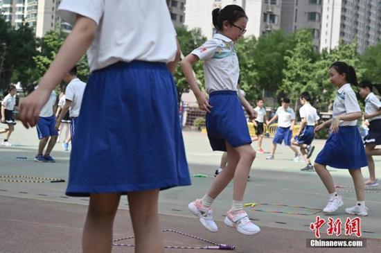 资料图:6月8日,复课后的北京丰台第五小学鸿业校区学生们在操场上体育课。 中新社记者 张兴龙 摄