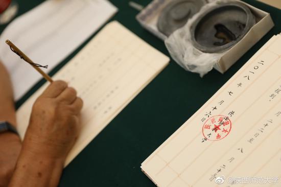陕西师大老教授坚持12年手写录取通知书(图)