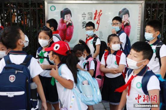 资料图:小学生迎来新学期。 中新社记者 殷立勤 摄