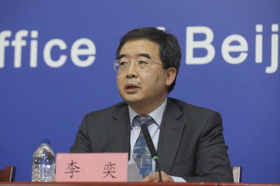 北京市委教育工委副书记、市教委新闻发言人李奕回答记者相关提问