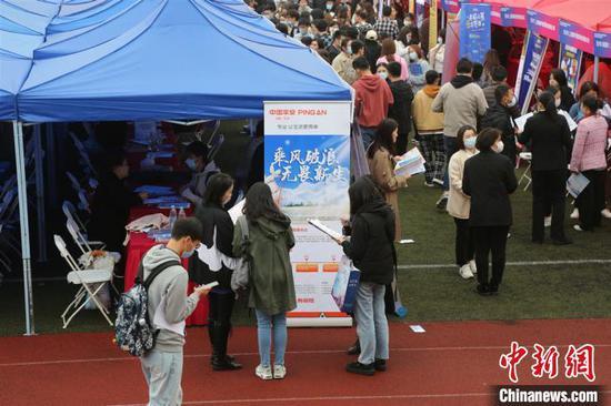 现场求职学生超过万人。上海第二工业大学供图