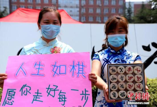 资料图:2020年7月河南郑州一高考考点,考生家长送考 中新社记者 王中举 摄