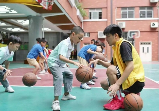 小北路小学天香校区的篮球课程。图/广州市教育局官方微信公众号