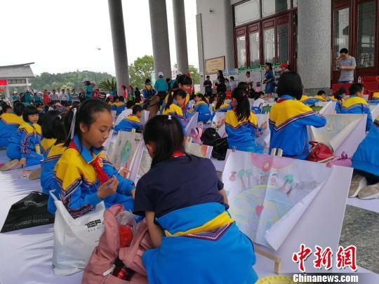 廣東舉行世界地球日宣傳活動 百名兒童現場作畫