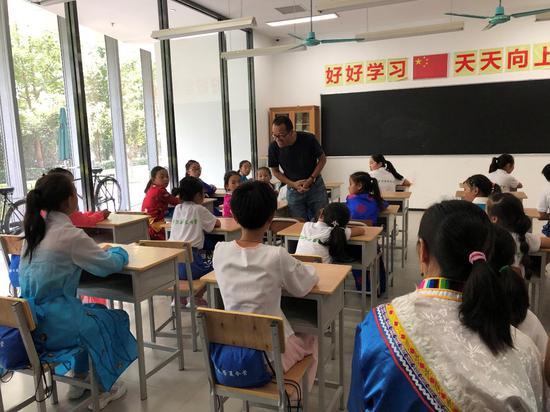 俞敏洪谈乡村教育:我曾抱着留守儿童一起哭