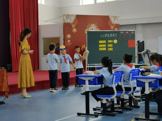 赵银苹会在课堂引入小道具吸引孩子提升课堂教学质量。受访者供图