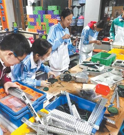 首都师范大学附属中学机器人社团的学生在制作机器人作品。朱安琪摄