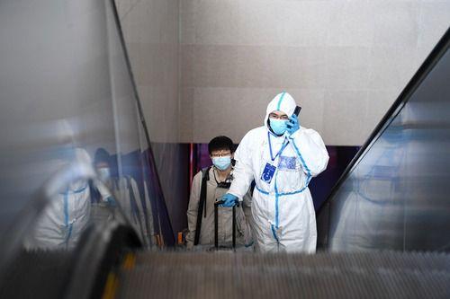 1月18日,范越甲在石家庄站引导一名返石大学生出站乘车。新华社记者 朱旭东 摄