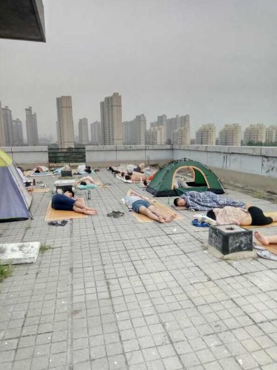 三伏天停电学生睡天台 郑州大学:已恢复供电