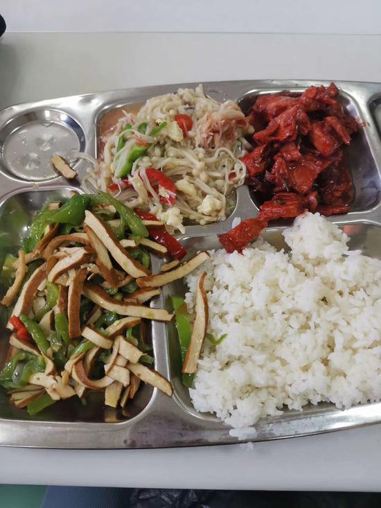 该校一名同学称,9月7日中午,他在该校沙塘园食堂点了3种菜式,共花费19.1元 受访者供图