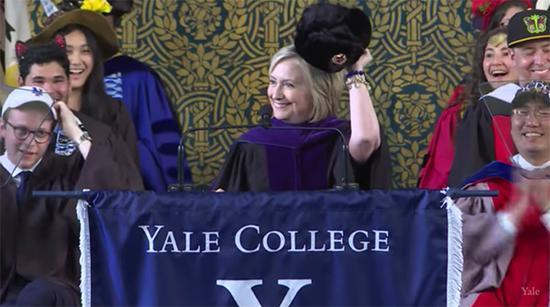 希拉里参加耶鲁大学毕业典礼 秀苏联帽意味深长