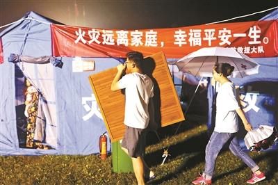 為了生活方便,入夜后還有群眾往帳篷里添置東西