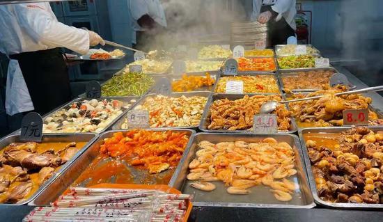 11月27日晚,该校香园食堂一窗口的菜式及相应价格 受访者供图