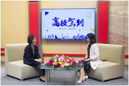 香港中文大学入学及学生资助处王淑英教授(左)