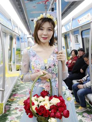 """""""七仙女下凡""""在地铁里送花"""