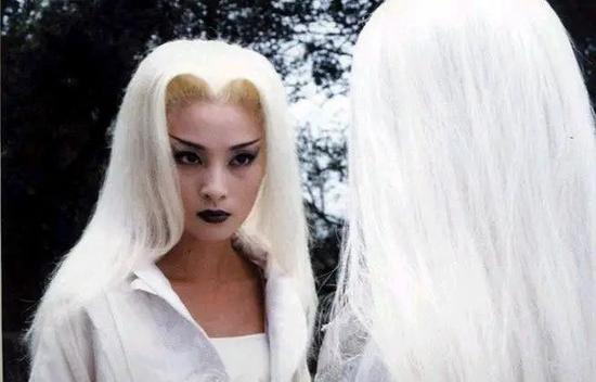 蒋勤勤在《白发魔女》饰演的练霓裳