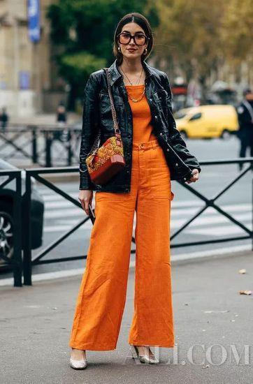 当然如果是模特身材,质感十足的丝绒材质锦鲤色单品也可以尽情尝试。