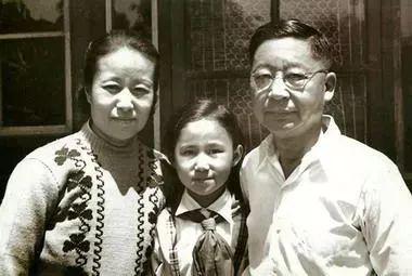 ▲老舍夫妇与小女儿舒立于院中