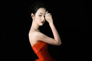 陈都灵红裙造型再现复古港风 精致剪裁显现曼妙身姿