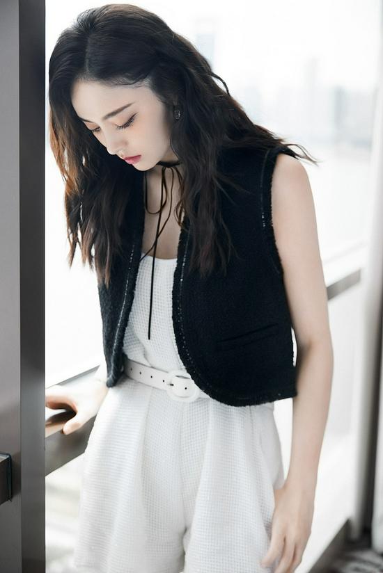 娜扎黑白质感大片初秋氛围 连体裤搭卷发又美又飒