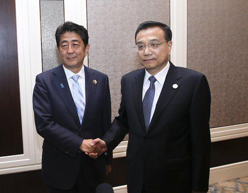 Chinese Premier Li Keqiang (right) meets with Japanese Prime Minister Shinzo Abe during the ASEM summit held in Ulan Bator, Mongolia, on July 15, 2016. Photo: Xinhua
