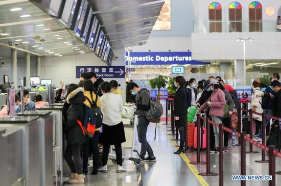 Passengers check in at the domestic departure section of Terminal 2 building of the Shanghai Pudong International Airport in east China's Shanghai, Nov. 24, 2020. The airport's recent daily throughput maintains at around 1,000 flights, with passengers wearing face masks and orderly moving in and out. (Xinhua/Ding Ting)