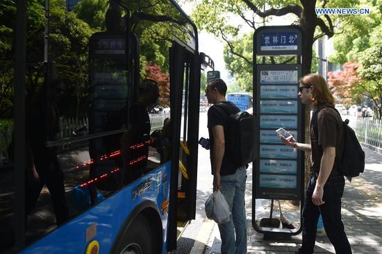 Tourists In Hangzhou Use Mobile Phones To Pay All Costs