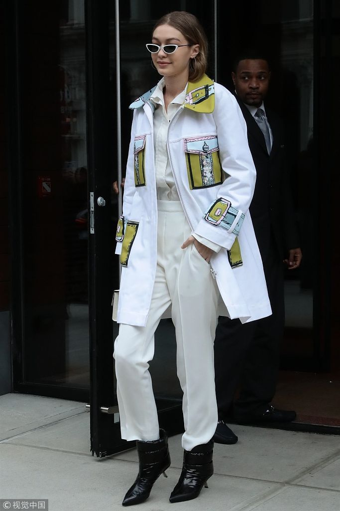 吉吉影���$9.��acz-.y�.XZ^�xn�)_组图:吉吉·哈迪德全白look引领时尚穿搭 大步流星似t台走秀