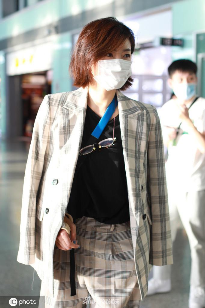 组图:万茜出车祸后首次现身机场 手缠绷带身披西装飒爽干练