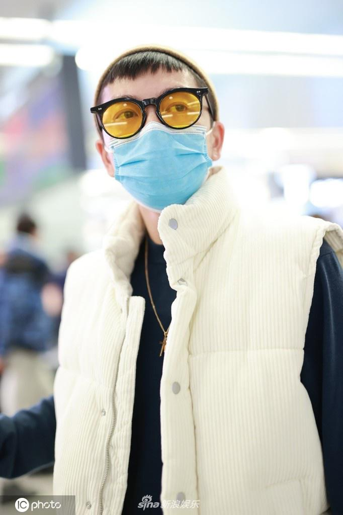 组图:王栎鑫宣布离婚后现身 留狗啃刘海戴黄色墨镜