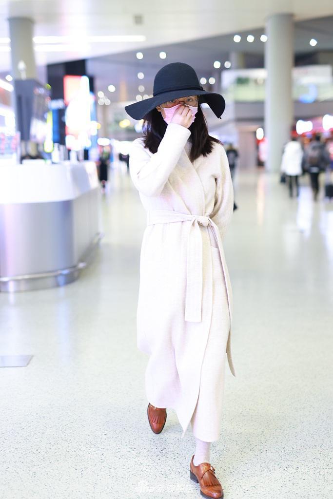 组图:吴倩戴礼帽配圆框眼镜复古优雅 穿浴袍大衣拎包精致靓丽