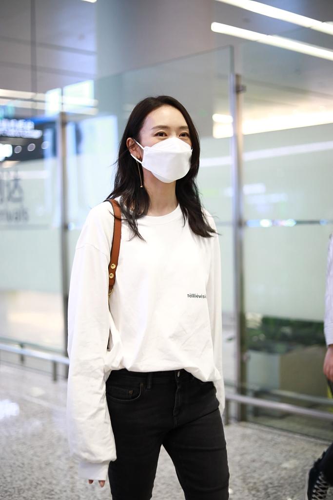 组图:童瑶穿白色卫衣简洁大方 走路带风气场强大