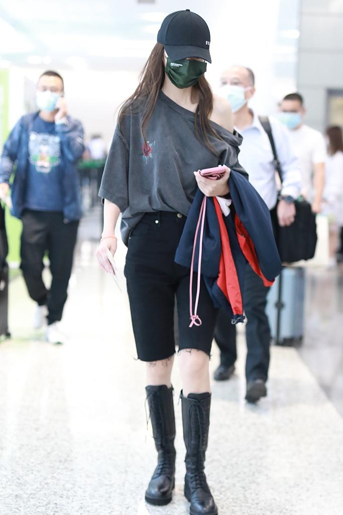 组图:Baby穿宽松T恤秀香肩 造型时髦又甜又飒