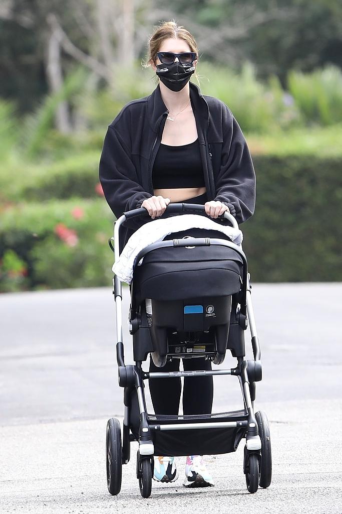 组图:星爵娇妻产后不足两月急速瘦身  推婴儿车散步秀蛮腰
