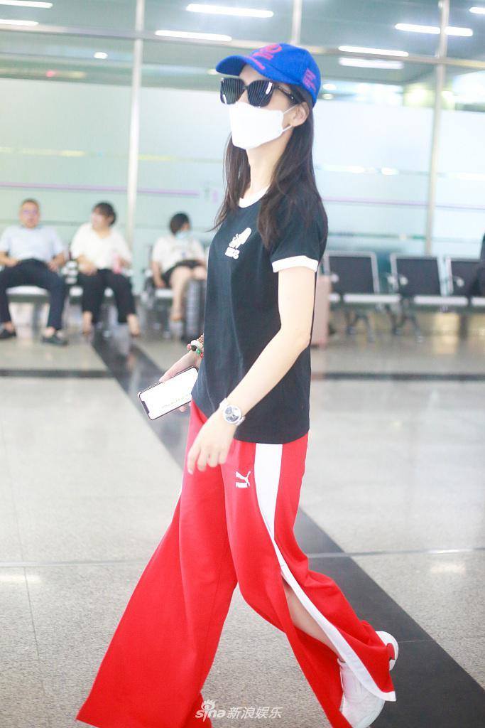 组图:黄圣依穿红裤疾走带风长腿抢镜 不时撩发妩媚有气场