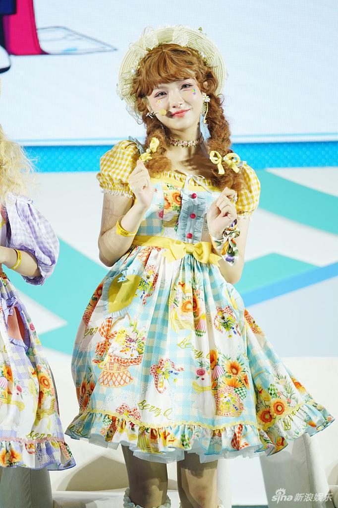 组图:《创造营》学员谢安然刘念献唱 穿小裙子变甜美洋娃娃