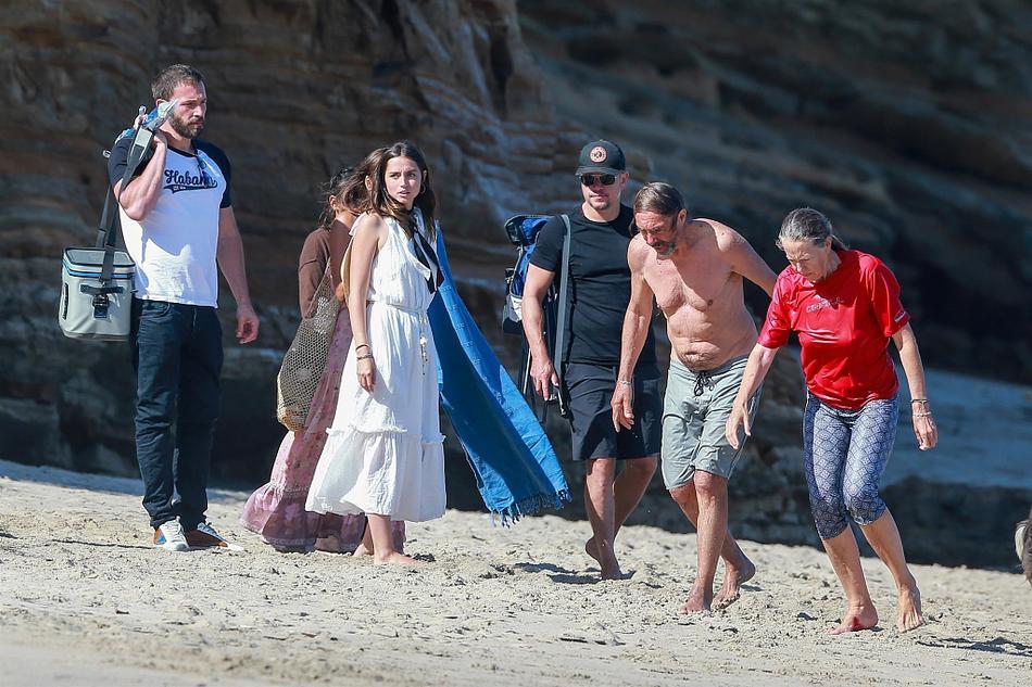 """组图:大本和马达夫妇相约海滩 与小女友搂抱肢缠""""沙滩躺吻"""""""