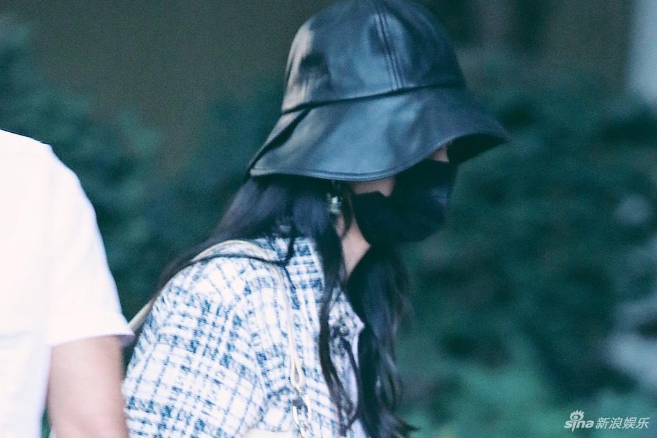 组图:赵丽颖戴渔夫帽侧颜优越 格纹外套搭配黑色短裤潮范十足