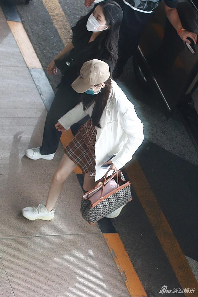 组图:迪丽热巴穿格子短裙造型青春 美腿修长身材很能打
