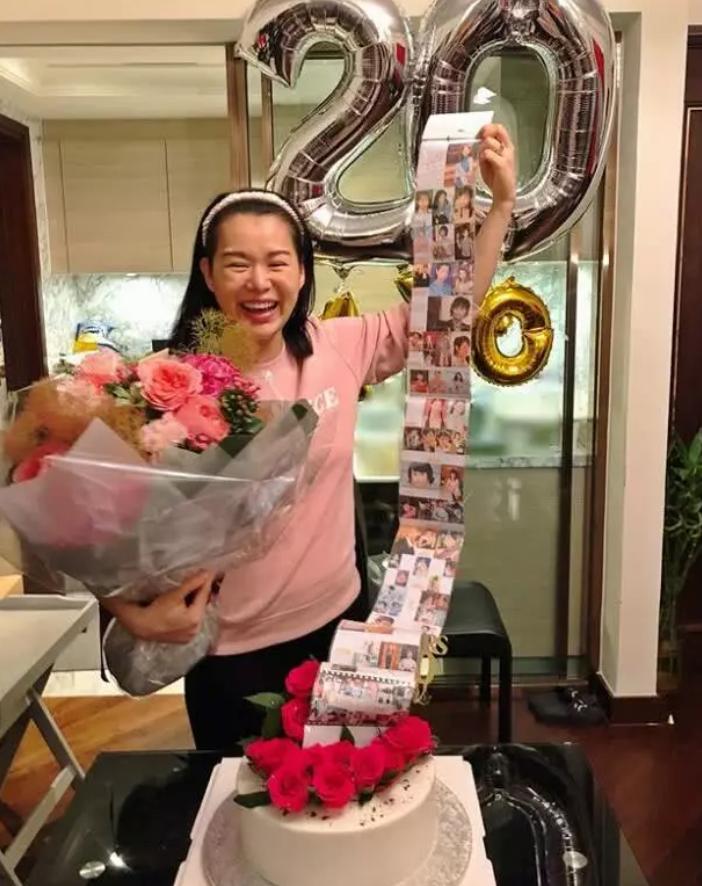 组图:胡杏儿获老公晒照庆祝出道20年 二胎产后素颜首现身