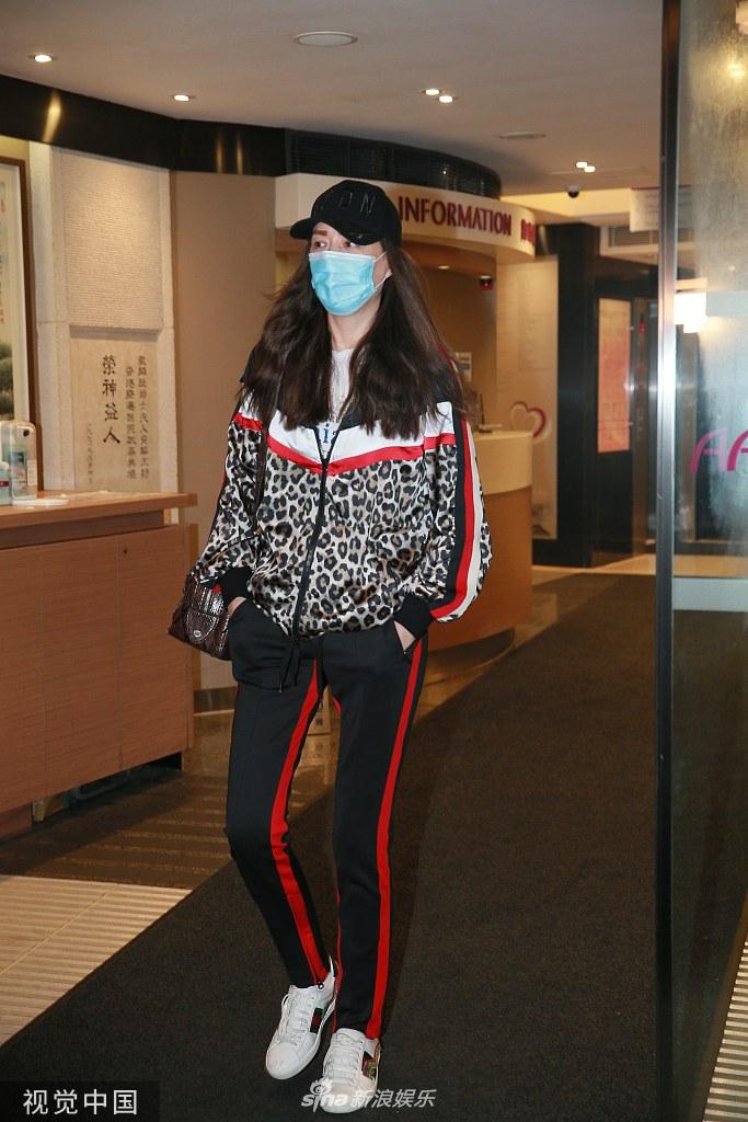 组图:琦琦陪伴任达华顺利完成第二次手术 离开医院神情憔悴