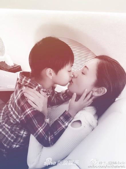 组图:李嘉欣与儿子嘴对嘴亲吻引热议 这样亲密并不是第一次