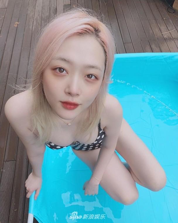 组图:雪莉穿吊带波点泳装晒照度假 雪肌红唇十分诱人