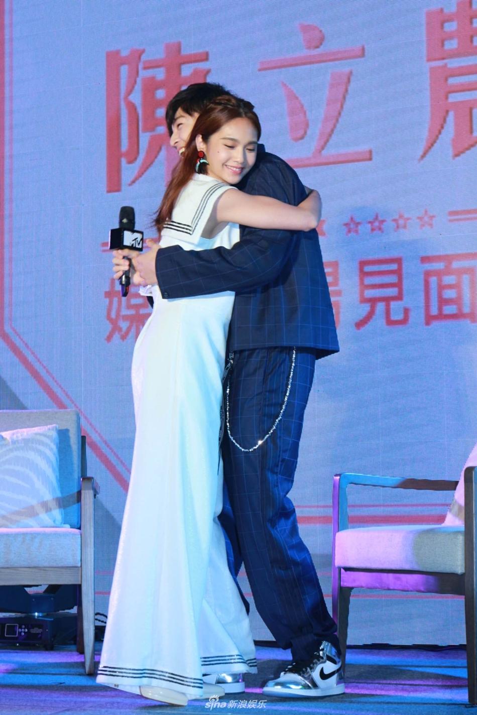 陈立农台北见面会 杨丞琳惊喜现身送抱抱
