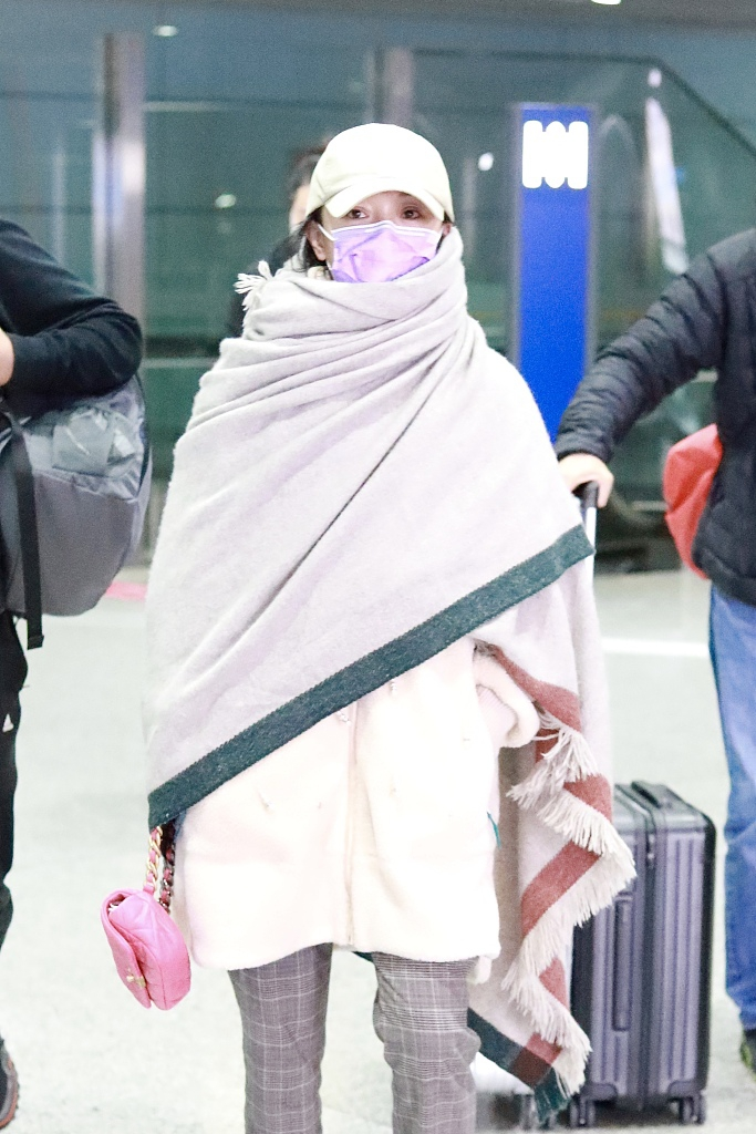 组图:昔日街拍女王放飞自我!周迅裹洗澡巾现身机场超保暖