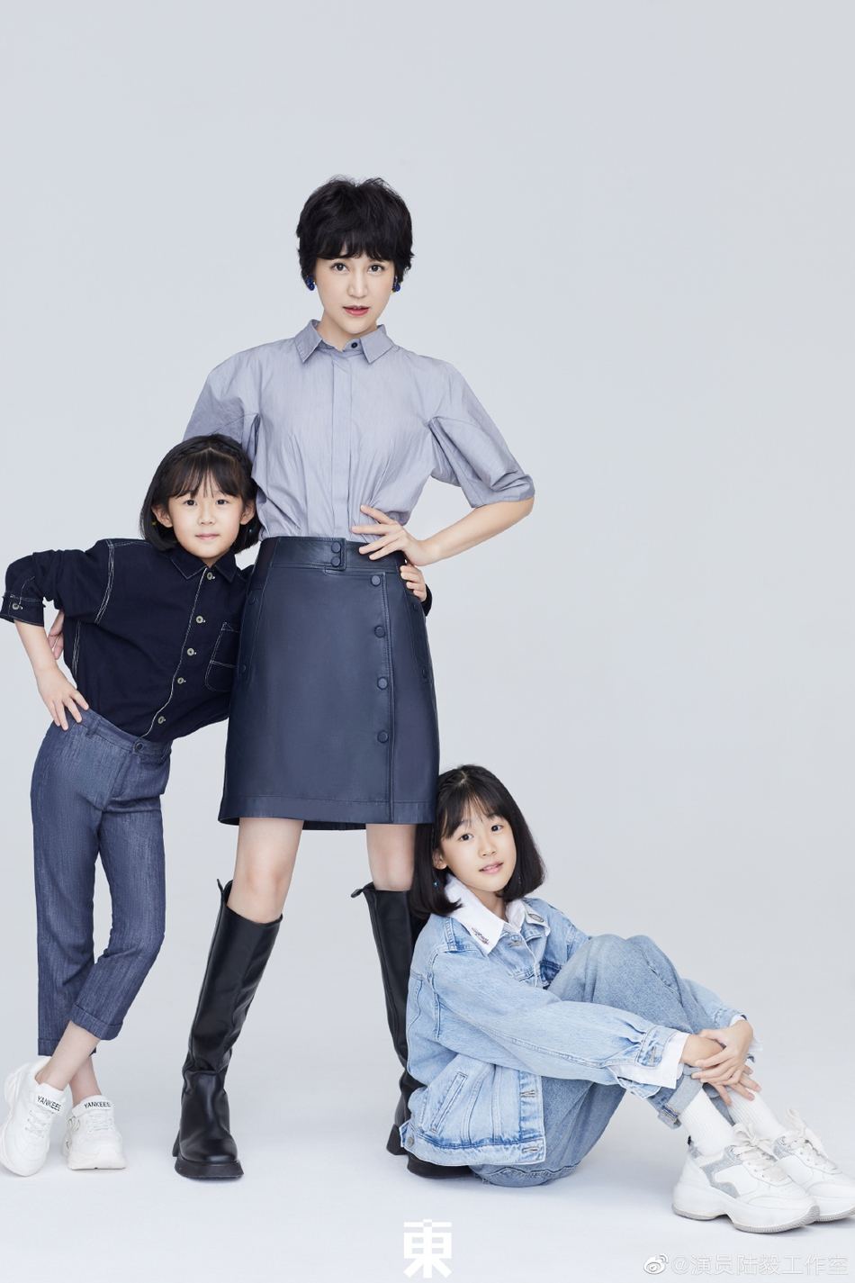 组图:鲍蕾携两女儿穿亲子装拍照 贝儿眉眼长开小淑女气质明显
