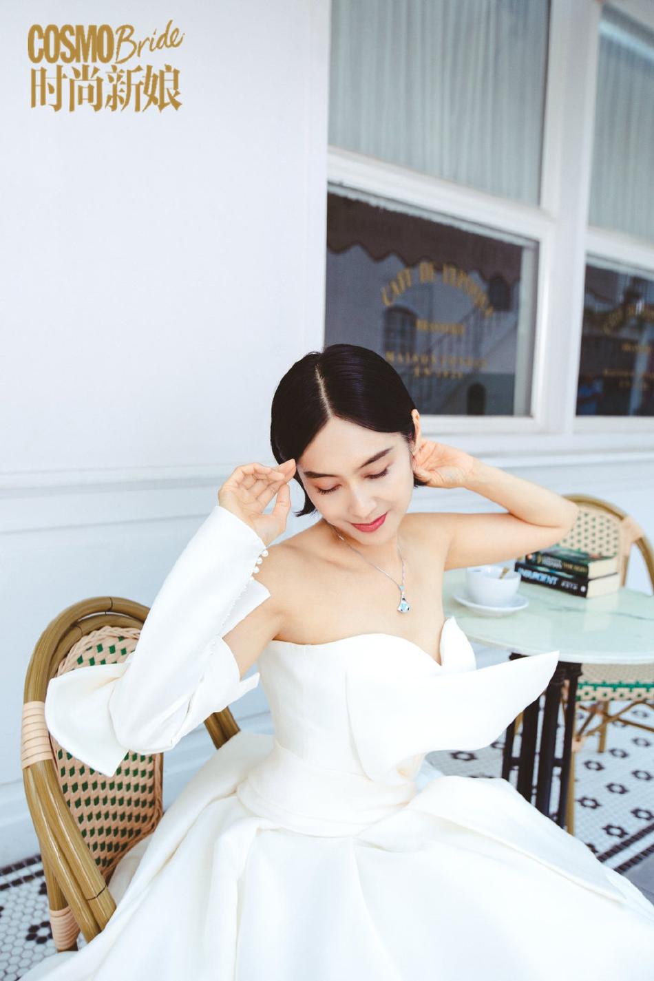 组图:朱茵穿白色婚纱拍新娘写真 露香肩魅惑齐耳发俏皮减龄