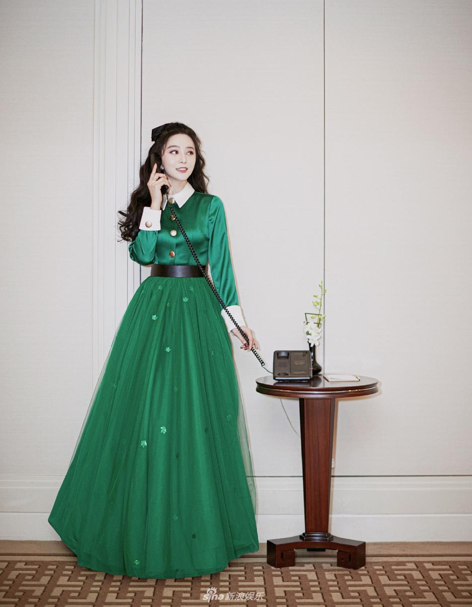 组图:范冰冰穿墨绿纱裙复古时尚 波浪卷发配蝴蝶结甜美可爱