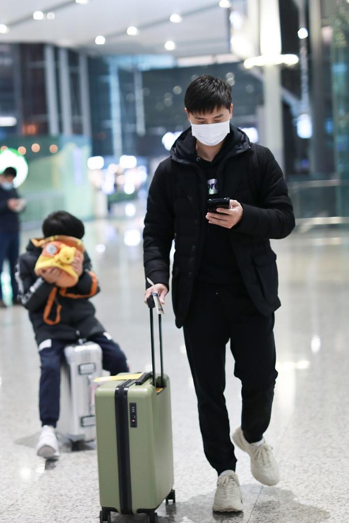 组图:田亮携儿子现身机场 小亮仔乖坐行李箱上萌化了